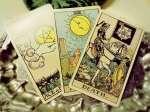 Η κάρτα που αντιπροσωπεύει την ημέρα είναι ο Ακόλουθος  των Ξιφών